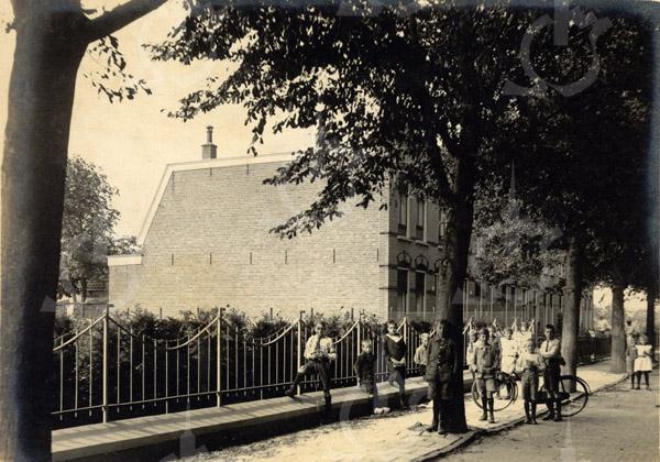 F0777 <br /> Aan de linkerkant van de Julianalaan staat een blok van zes panden, gebouwd in 1911. Het waren de eerste huizen die aan de Julianalaan werden gebouwd, met de nummers 5 t/m 15. Aan kinderen om op de foto te poseren geen gebrek. Foto: vóór 1921.<br /> <br /> [Collectie Oudshoorn 062: huizen Julianalaan. Zuidkant.]