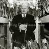 F2178<br /> Gerrit Zandbergen (geb. 1878) in zijn kas aan de Hoofdstraat nr. 30. Zandbergen was een vermaard narcissenkweker en introduceerde vele nieuwe cultivars.