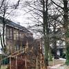 F0383 <br /> De tuin van huize West End aan de achterzijde gezien. Links de achterzijde van 't Onderdak, de vroegere St. Annaschool en op de achtergrond het leegstaande huis West End. Foto: 1997.