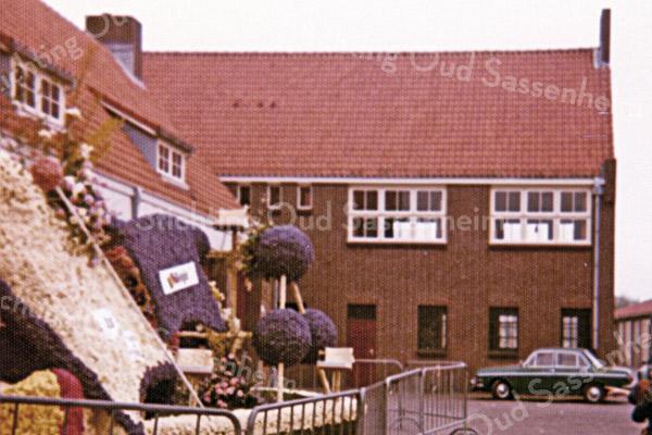 F2625<br /> De Oosthaven met de expositie van enkele corsowagens na afloop van de bloemencorso. Foto: 1975.