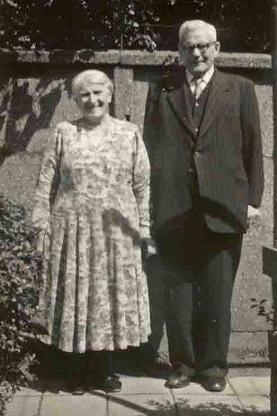 Fcs0076<br /> Tante Na (zus van Opa)van der Meij en Oom Freek Staffleu, de ouders van Bert Staffleu, de dorpsomroeper.