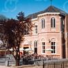 F4288<br /> Het vroegere St.Annaklooster/Annaschool. Het gebouw is tegenwoordig een Vomar Supermarkt. Het eigenlijke klooster aan de voorkant heeft de wandschilderingen en de glas-in-loodramen behouden. Ook is het originele kruis weer op het dak geplaatst. Foto: 2003