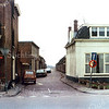 F0240 <br /> De ingang van de oude Zuiderstraat met enkele grote panden op beide hoeken. De Zuiderstraat bestond hoofdzakelijk uit kleine arbeiderswoningen. Dit is een foto uit de laatste jaren, waarin de meeste huizen verpauperd zijn. De Zuiderstraat en beide hoekpanden werden in de jaren 1975/77 afgebroken. Links op de hoek het woonhuis van de fam. Van der Horst, rechts het pand van Willem van Zonneveld, later makelaar Zwaan.  Foto: ca. 1975.