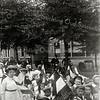 F1138 <br /> De Onafhankelijkheidsfeesten werden gehouden op woensdag 17 en donderdag 18 september 1913. De kinderoptocht was op 18 september 1913.  Juffrouw Hogenkamp met haar klas in de optocht. De foto is genomen op de Hoofdstraat ter hoogte van het bloembollenbedrijf van Van Zonneveld & Co NV, waar nu De Oude Tol is. Vanaf 1932 was de fa. Scheffers & Kroes in dit pand gevestigd. (zie ook foto G1808)