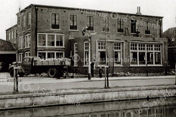 F1036 <br /> Het kantoor van A. Frijlink & Zonen aan de Zandslootkade tijdens de verbouwing (het slopen van het dak) door J. Dijkstra. Foto: 1952.