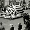 F1071 <br /> Het eerste bloemencorso op 17 april 1948. De 'staatsvijand no. 1' was de coloradokever.