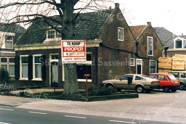 F0203 <br /> De voormalige kruidenierswinkel van de dames Rooza (later ook Roosa) aan de Hoofdstraat. Dit pand was van 1869 tot 1876 de kerk van de Chr. Afgescheiden Gemeente, later gereformeerde kerk genoemd. Het allereerste samenkomen vond plaats ten huize van Van der Bruggen aan de Floris Schoutenstraat. Uitvoerig verslag vindt men in het boekje van ds. R.J.Bakker Kistenmakerij in de Kerk uitgegeven door Kistenfabriek M. Bakker in 1986. Foto: 1986.
