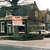 F0203 <br /> De voormalige kruidenierswinkel van de dames Roosa aan de Hoofdstraat. Dit pand was van 1869 tot 1876 de kerk van de Chr. Afgescheiden Gemeente, later gereformeerde kerk genoemd. Het allereerste samenkomen vond plaats ten huize van Van der Bruggen aan de Floris Schoutenstraat. Uitvoerig verslag vindt men in het boekje van ds. R.J.Bakker Kistenmakerij in de Kerk uitgegeven door Kistenfabriek M. Bakker in 1986. Foto: 1986.