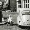 F1127 <br /> Benzinepomp van garage H.G. van Santen in de Concordiastraat. Links van de pomp in de verte de woningen in de Burchtstraat (zuidkant). Het meisje is waarschijnlijk een van de dochters van Van Santen.