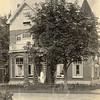 F0761 <br /> Villa Even Buiten, in 1905 gebouwd voor de bloembollenkweker en -exporteur Herman van Zonneveld. Dit huis staat er nog steeds, nu op de kruising van de Hoofdstraat en de Koetsiersweg. Lange tijd is deze villa pastorie geweest van de gereformeerde kerk en woonden ds. P.D. Kuiper en ds. F.E. Hoekstra daar. Nu is het een makelaarskantoor. Foto: vóór 1921.<br /> <br /> [Collectie Oudshoorn 040: villa Even Buiten. H. van Zonneveld 1905.]