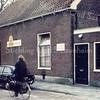 F0368 <br /> De chr. kleuterschool De Kinderkorf aan de Kerklaan 54. Vroeger heette het schooltje alleen maar 'de Fröbelschool' naar de Duitse pedagoog Friedrich Fröbel. Het pand is gebouwd in 1883. Het heeft dienst gedaan tot 1972 en is daarna afgebroken. Op die plek is nu een bosrand en de zij-ingang van het park Rusthoff. Foto: begin jaren '70.