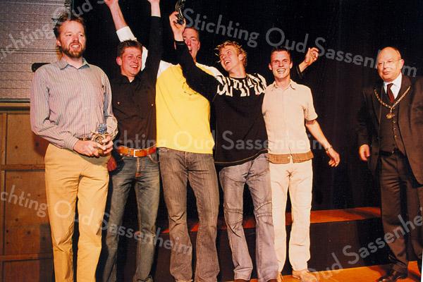 F2567<br /> De winnaars van de publieksprijs Bloemencorso 2004 met rechts burgemeester C.J. Waal. Foto: 2004.