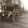 F1577 <br />  Een Brockley-bus, die geregelde diensten onderhield tussen Haarlem en Leiden. De bussen waren olijfgroen en er stond op de achterzijde een afbeelding van een ooievaar. De bus staat geparkeerd voor de winkel in bedden en matrassen van Borst tegenover het park Rusthoff.  Links achter de bus het postkantoor en het grote pand van dokter Hueber. De bestrating is nog uitgevoerd in de bekende kinderhoofdjes. Foto: jaren '30.