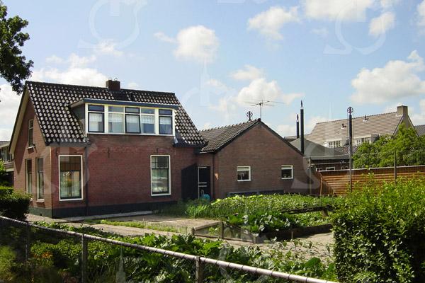 F0742b <br /> Zijaanzicht van de boerderij van Kees van der Ploeg aan de Menneweg, nu bewoond door zijn zoon Jan van der Ploeg. Foto: 2003.