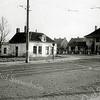 F1033 <br /> Het huisje van de fam. Van Eijk. Rechts daarvan villa Hyacintha aan de Hoofdstraat.  Links is het koffietentje van Van Werkhoven nog te zien. Foto: ca. 1948.
