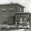 F3245a<br /> Het dieselgemaal van de Floris Schouten-Vrouwenpolder en Kooipolder. Op deze foto staat Piet Berkhout voor de machinekamer van het nieuwe dieselgemaal,  de opvolger van de oude poldermolen. De oude poldermolen werd in 1927 afgebroken.