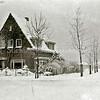 F2202<br /> In de sneeuw: het huis 'Op Honk' op de hoek van de Kerklaan en de Beukenlaan. De foto is genomen vóór 1951, het jaar waarin de brug over de Oosthaven werd aangelegd. De Parklaan werd in 1952 officieel geopend.<br /> Het pand is jarenlang bewoond geweest door de familie Chris Möhlmann.