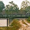 F0427<br /> Het uitzicht vanaf de toegang tot het Planetenplein zoals het vroeger was, met uitzicht op de stal van Nic. Breedijk. Deze stal was vroeger een blok huisjes,  deze huisjes noemde men het Wespennest, misschien omdat er ook een Bijennest was.