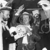 F4106 <br /> Loco-burgemeester Nia Wagemakers wordt gekozen tot Grootste Asbak. Prins Cornelis van der Niet reikt de asbak uit. Foto: Carnaval 1994