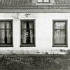F0946 <br /> Dit huisje stond rechts van het toegangshek voor de oprijlaan naar Huis ter Leede. Het huisje werd indertijd bewoond door de gezusters Zwaantje en Heintje van Zonneveld. Later woonde hier het grote gezin van Klaas van Eijk. De woning is gesloopt in het begin van de jaren '50 voor de reconstructie van het kruispunt Sassenheim-noord.