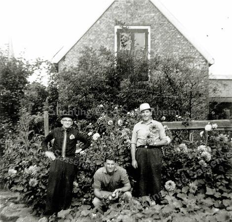 F0170 <br /> Op deze foto zien we, dat er behalve groenten ook bloemen (dahlia's) werden gekweekt. Deze foto is iets meer naar rechts genomen dan foto F0169. Zie aldaar voor verdere tekst.  Foto: ca 1962.