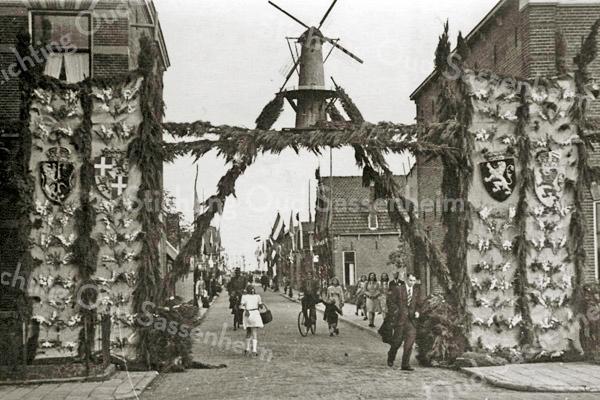 F1985<br /> Bevrijdingsfeest in de Molenstraat. Foto: 1945.