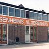 F3121<br /> Het Sassenheims Vloerenhuis aan de Koetsiersweg met hier nog de oude gevel.