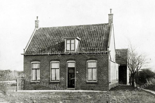 F1376 <br /> Rijksstraatweg 6, voorheen bewoond door de fam. Van Dijk. Het huis staat er nog, maar is grondig verbouwd en nu bewoond door de fam. Minke (Rijksstraatweg 16, nieuwe nummering). De foto is genomen vóór de aanleg van de A44.