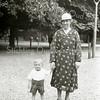 F2221<br /> Kleine Henk van Rijn en tante Lies (Lies Stembert) in de Haarlemmerhout op 24 juni 1934. Zij woonde op de oude Hortuslaan 11 en heeft jarenlang het agentschap en de bezorging van het Leidsch Dagblad verzorgd. Foto: 1934.