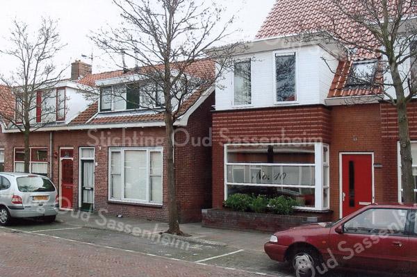 F3172<br /> De Van Heemstrastraat. De oude huisjes en de nieuwbouw naast elkaar.