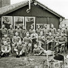F2985<br /> De mobilisatie van een aantal Nederlandse militairen, poserend naast koffietent De Uiver in 1939/40. In het midden zit dhr. M. van Zoen.