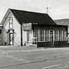 F1381a <br /> Het café van Juffermans op de hoek Rijksstraatweg/Warmonderweg (Warmonderdam). Het café is in het voorjaar van 1990 afgebroken. Rechts het pand Rijksstraatweg 68 en erachter de bollenschuur van H. Verdegaal & Zn. De huidige bewoonster (2003) is mevr. Stevens, de dochter van H. Verdegaal.
