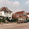 F3072<br /> V.l.n.r.: villa Nancy (in 1914 gebouwd; vele jaren bewoond door de fam. Stuifzand), villa Linquenda (afgebroken voor de aanleg van de Koetsiersweg in 1985) en villa Even Buiten. Foto: 1985.