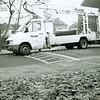 F2470<br /> Een verkeersdrempel op de Kagerdreef. Volgens de bewoners is deze veel te hoog. De wagen is van de firma die het onderhoud pleegt van de straatverlichting. Foto: 2001.