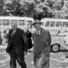 F0721 <br /> Links loopt H. (Hans) Gerrits van de Teijlingerlaan en rechts loopt H.J. Overvoorde. De opname is gemaakt op zondag 19 juni 1962 tijdens een uitstapje naar Bergen (N-H). Gerrits is de opa van J. Wassenaar uit Noordwijk. Hij was voorzitter van de Kiesvereniging Gemeente Belang en heel actief lid van de Ned. Protestanten Bond (NPB). Er zijn diverse officiële akten en andere papieren die wij in het SOS-archief bewaren (uit de nalatenschap van Gerrits) en die ons ter hand gesteld zijn via J. Wassenaar. Foto: 1962.
