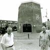 F2475<br /> De molen van Speelman, met links Jasper van Teylingen, secretaris van de Molenstichting, en rechts de voorzitter Hans Hardenberg. Foto: 2001.