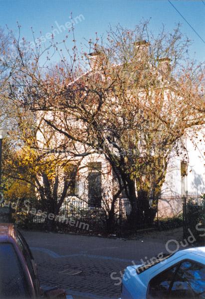 F0070 <br /> Huize West End, van rechts gezien. Het pand is ernstig verwaarloosd. De vier schoorstenen op de hoeken duiden op voornaamheid. Foto: 1995.
