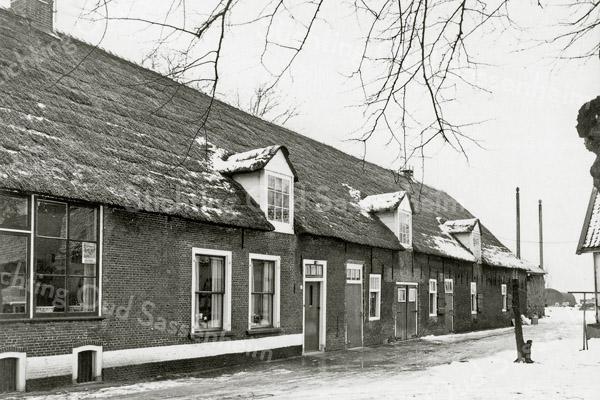 F0948 <br /> De boerderij op het landgoed Ter Leede, bewoond door André Oskam. In de toekomst zal de boerderij gerestaureerd worden, maar nu in 2016 wordt de woning nog steeds bewoond door André Oskam. Eigenaar Theo de Boer gaat waarschijnlijk een andere bestemming aan de boerderij geven. Foto: 1955.