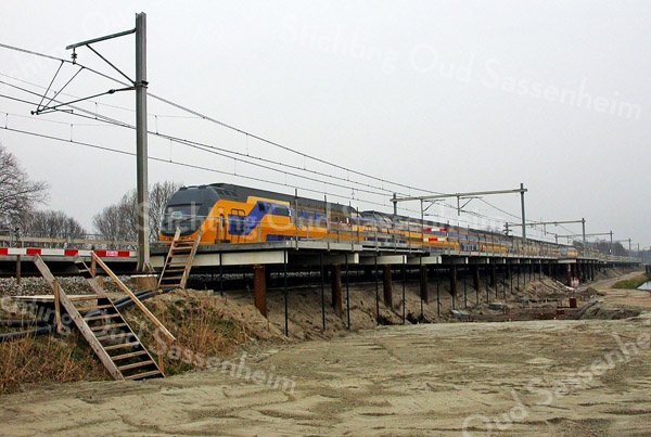 F2394<br /> De bouw van het NS-station Sassenheim nadert zijn voltooiing. Het station ligt aan de Wasbeeklaan op Warmonds grondgebied, maar is genoemd naar de dichtstbij zijnde bebouwde kom. De trein stopt nog niet; het station is officieel geopend op 9 december 2011. Foto: 2011.
