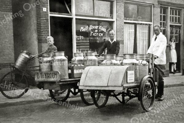 F0527 <br /> Melk-, boter-, kaas- en eierenhandel B. Th. Kroon in de Floris Schoutenstraat nr.9. Hij staat hier met zijn bakfiets met bussen melk naast zijn medewerker Jo Smit van de Zandslootkade, eveneens met zijn bakfiets en daarnaast zijn hulpje Jan van der Voort (met transportfiets). Kroon heeft later zijn zaak overgedaan aan Sjaak van Rijn en is verhuisd naar de J.P. Gouverneurlaan. Foto:1946.