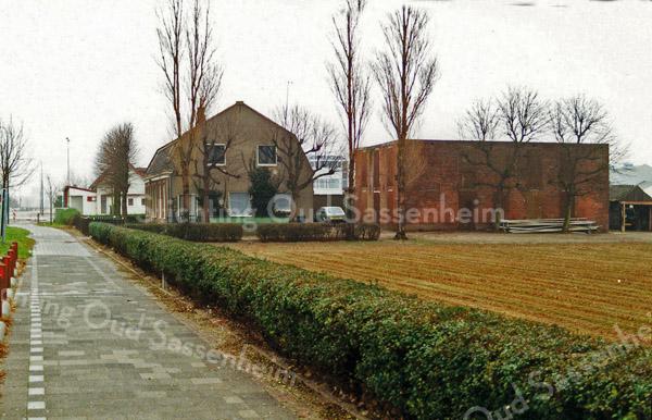 F1379b <br /> Een latere foto van Rijksstraatweg 68. Vroeger is woonde hier J.C. Verdegaal, tegenwoordig is het bewoond door de fam. Stevens. De bollenschuur achter het huis is afgebroken. Er staat nu een garage. Het café van Juffermans is ook zichtbaar, dat stond op de hoek van de Rijksstraatweg en de Warmonderweg.