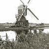 F1970<br /> De Rode Molen, gebouwd door ir. K. Volkertz, de eerste directeur van het laboratorium voor Bloembollenonderzoek te Lisse. De molen stond tegenover de Warmonderdam.