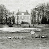 F0347 <br /> Bloembollententoonstelling in de vollegrond voor Het Oude Koningshuys in 1907. We zien een gedeelte van de tuin in oud-Hollandse stijl. De Wilhelminalaan is nog niet aangelegd. Op de voorgrond een bordje met 'Verboden op het gras te loopen'. De tentoonstelling was georganiseerd door de afd. Sassenheim van de Algemene Vereeniging voor Bloembollencultuur. Deze vond plaats op de terreinen van de fa. G. van Waveren & Kruijff voor Het Oude Koningshuys. Zie ook F0312.