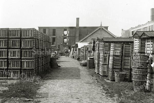 F0693d <br /> Bedrijfsterrein van het bollenbedrijf Gebr. Van Zonneveld & Philippo. Op de achtergrond de bollenschuur; daarachter ligt de Hoofdstraat. Foto: ca. 1950.