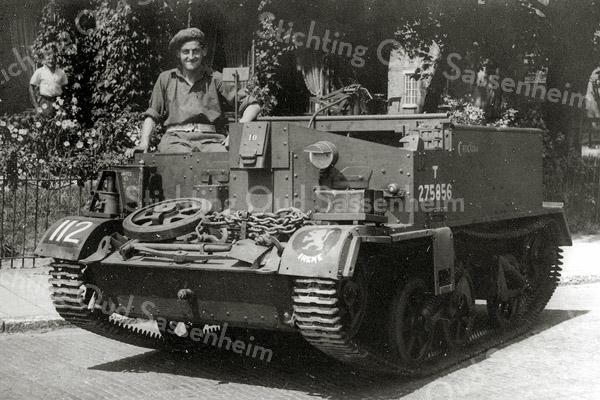 F0997 <br /> Dick van der Voort (24.12.1920 - 17.1.1991). Hij is vernoemd naar zijn grootvader Dirk van der Voort, die op boerderij Knorrenburg heeft gewoond. Dick was tijdens de oorlog chauffeur in een zogeheten bren gun carrier. Hij is in 1939 samen met zijn vader naar Amerika gegaan en is daar tijdens de oorlogsjaren gebleven. Hij moest de dienstplicht vervullen en kwam met de Prinses Irenebrigade terug naar Holland. Zijn vader is ca. 1940 naar Engeland gegaan en heeft de oorlogsjaren daar doorgebracht. Een paar maanden na zijn thuiskomst is hij overleden in 1945. Foto: 1945.