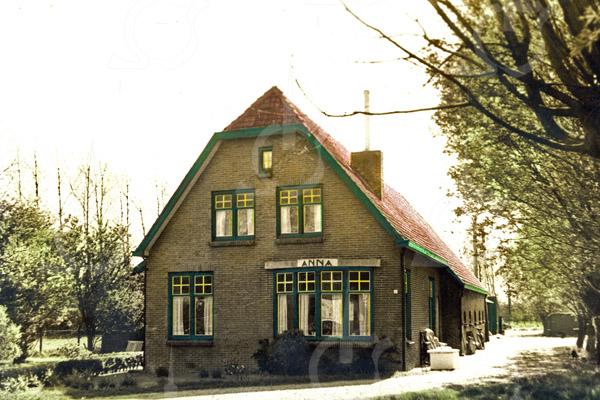 F0744 <br /> Vlak voor het viaduct onder de A44 ligt op de hoek van Menneweg en Vijfmeiweg de boerderij Anna van de fam. Van der Plas, bij velen bekend als kaasboerderij. De boerderij is van 1928.