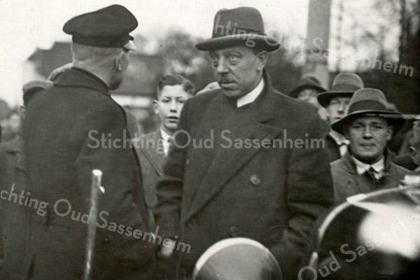 F3494<br /> Toezichthouder van de overheid, dhr. Oghemuller, in gesprek met het hoofd van de politie Geerts tijdens de zgn 'bussenoorlog' . Foto: 1935