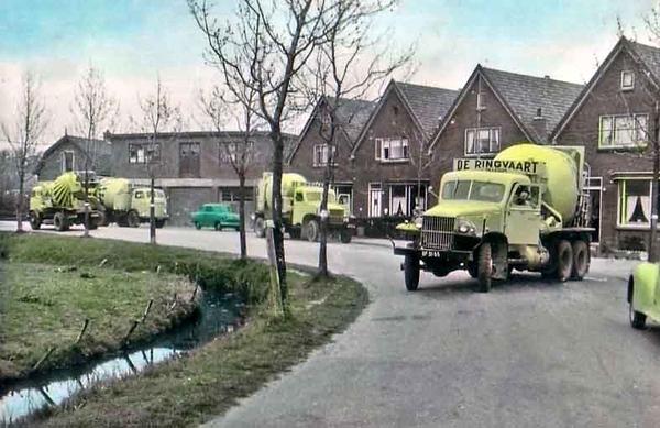 Fcs0125<br /> De Menneweg, met links nog de sloot langs de weg.  Betonmortelwagensvan De Ringvaart reden in juni 1960 af en aan voor de Hollandse Beton Maatschappij – er werden betonvloeren en een verdiepingsvloer gestort in de nieuwbouw van de Hygia in 1961.