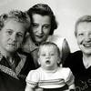 F2797<br /> Vier generaties van de fam. Warnaar. Rechts mevr. Cornelia Suzanna Christina Frijlink, echtgenote van Willem Warnaar.