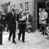 F4042 <br /> Bezoek van prins Claus aan Sassenheim ivm het gereedkomen van de bouw van de G.B. de Vroomenstraat. In de muur van G.B. de Vroomenstraat 60 is een plaquette aangebracht met het opschrift: 'Onthuld door Z.K.H. Prins Claus der Nederlanden op 31-8-1978'. Vanaf de Narcissenlaan is de plaquette zichtbaar. Prins Claus wordt vergezeld door burg. A.J. Kret en dhr. Noorlander. Foto: 1978